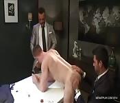 Mecs en costumes baisent sur une table de poker