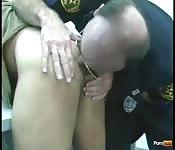Guardia in uniforme si scopa il prigioniero con la lingua