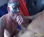 Tío gay enmascarado chupando un pollón