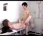 Jovencito en un baño