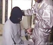 Scopata con un uomo in maschera