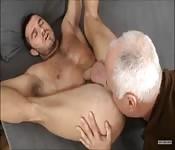 Un mec musclé se fait lécher par un vieux gars