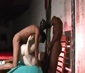 Twee zwarte mannen neuken een roodharige jongen