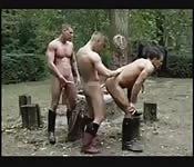 Sementales musculosos en un trío al aire libre