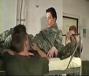 Threesome militaire sexy
