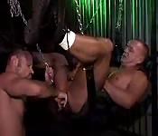 Esclavo sexual maduro follado con los dedos