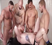 Bulliger Adonis mit rotem Haar wird in der Gruppe gefickt
