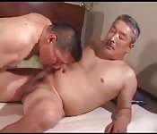 Grand-père asiatique jouit