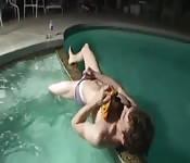 Se masturber dans la piscine