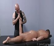 Shane Frost massageando