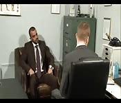 Uomo etero prende un cazz in cambio di un lavoro