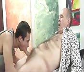 Molliger alter Mann bekommt von wildem Teenie einen geblasen
