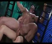 Verschwitzter Hengst wird von einem Fremden in den Arsch gefickt