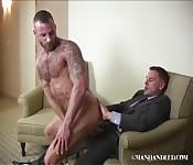 Бизнесмен трахает таттуированного парня из эскорт сервиса