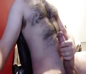 Il éjacule sur sa poitrine velue