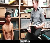 Cara negro jovem pagando com o cu