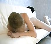 Un jeune gay blond se masturbe sur le canapé