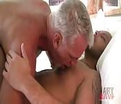 Viejo cachondo hace el amor con un ardiente joven
