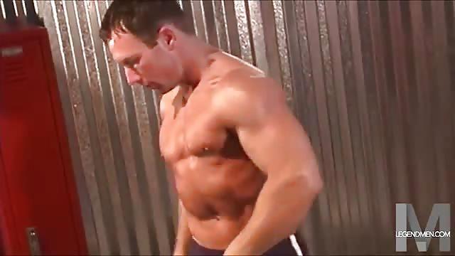 Muscly bi hunk sucks pecker