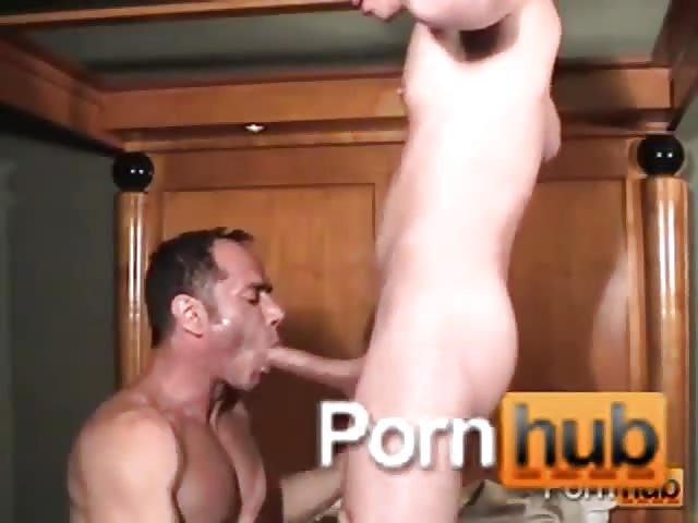 junge spielt mit seinem penis