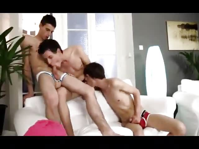 Twinks hacen three some en sotano